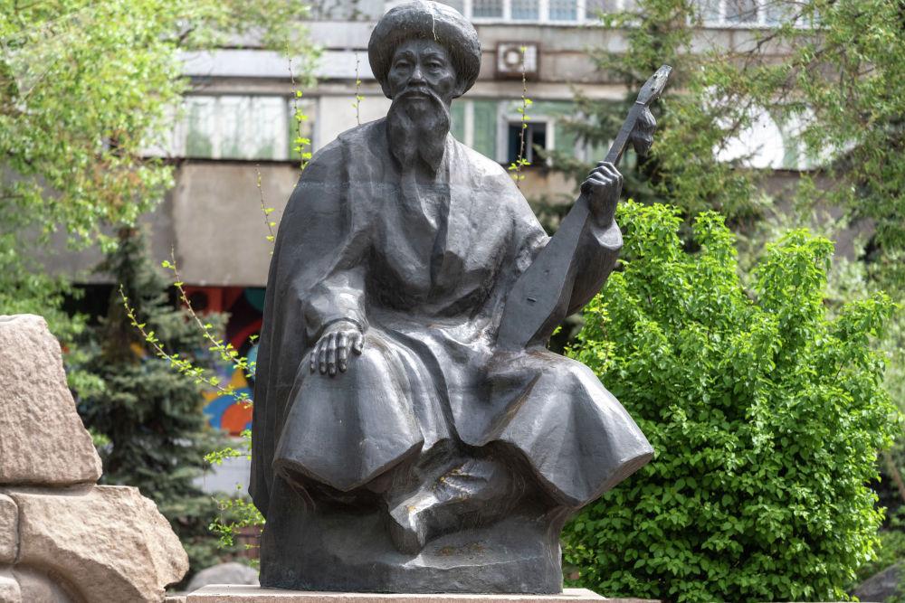 """Таким образом алматинцы отдают дань памяти казахскому акыну, лауреату Сталинской премии за стихотворение """"Ленинградцы, дети мои!""""."""