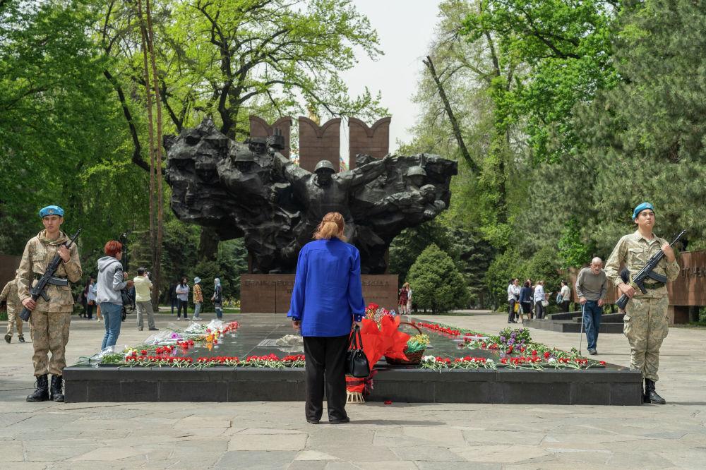 Жеңіс күні қарсаңында Алматы әскери-патриоттық клубының тәрбиеленушілері Мәңгілік алау маңын күзетеді
