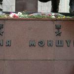 Ол мегаполистің қақ ортасында, Астана алаңының алдындағы скверде орналасқан