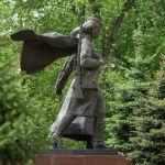 Әскери киім киген Кеңес Одағының батыр қыздарының мүсіндері қара және сұр граниттен жасалған.