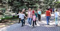 Люди гуляют в парке 28 героев-панфиловцев в День Победы