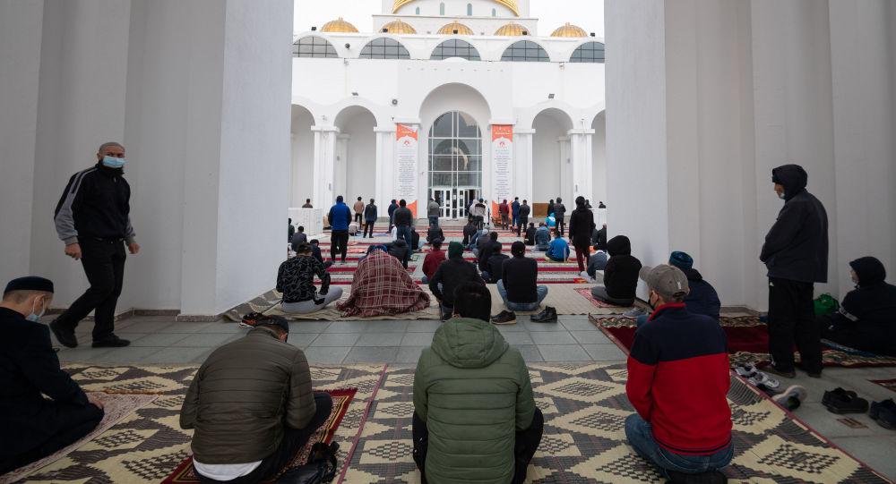 Айт намаз во дворе мечети