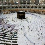 Мусульмане собираются вокруг Каабы в Мекке после завершения священного месяца Рамазан