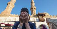 Мусульманин на массовой молитве в Египте