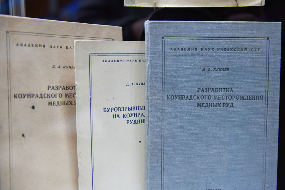 Қонаев 100-ден аса ғылыми еңбектің авторы.
