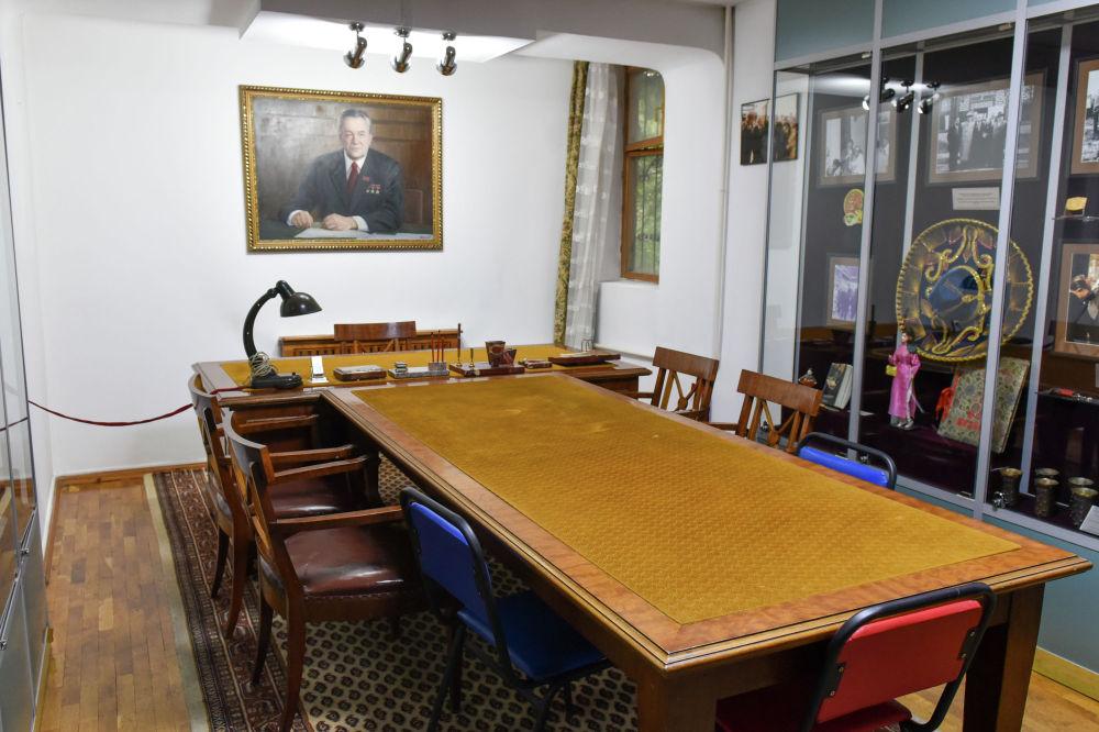 1955-1960 жылдары Қазақ КСР жоғары кеңесінің төрағасы болып тұрған кездегі жұмыс үстелі.