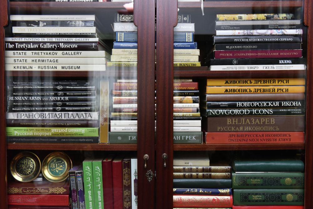 Қонаевтың жеке жұмыс бөлмесінде бес мыңнан аса кітап бар.