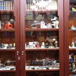 Дінмұхамед Қонаевтың жиен қарындасы Жәннат Дәулетқызы айтуынша, мемориалды пәтер ішінде 450-ге жуық оттық бар.