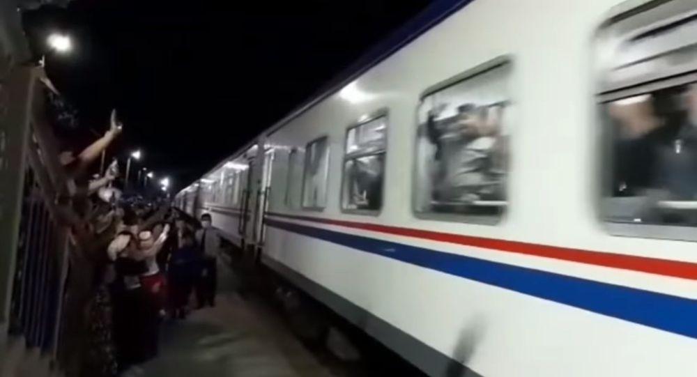 Поезд с сотнями кандасов прибыл из Туркменистана