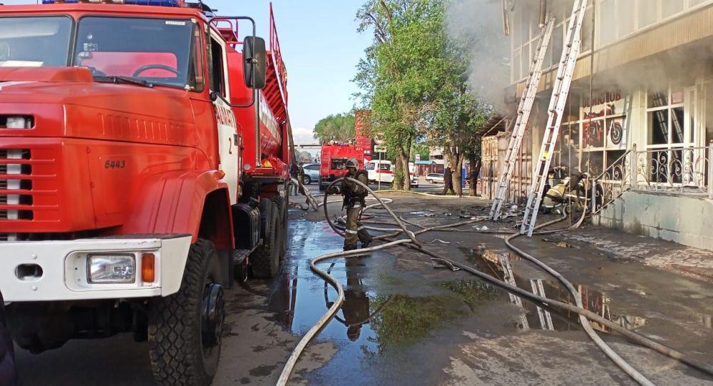 Семь человек спасли человек из горящего здания