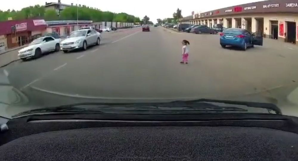 Девочка выпала из автомобиля