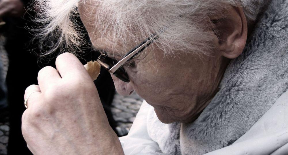 Пожилая женщина, головная боль