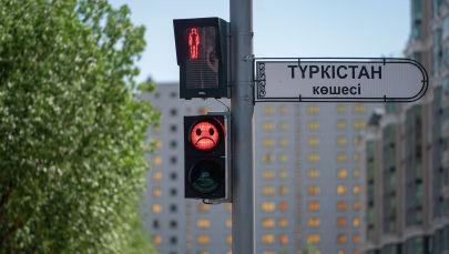 Светофор с грустным смайликом по улице Туркестан в Нур-Султане