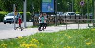 Көшеде маска таққан балалар жүгіріп жүр, көрнекі фото