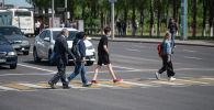 Люди переходят дорогу через пешеходный переход