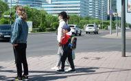 Люди в масках на пешеходном переходе