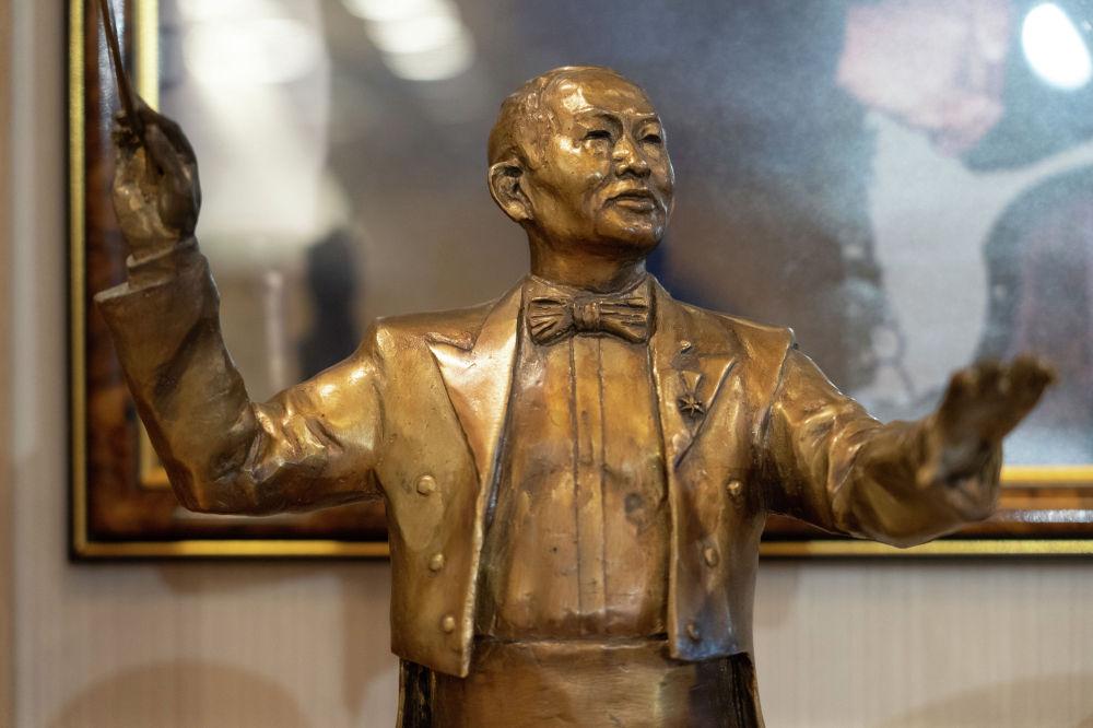Нұрғиса Тілендиевтің мүсіні. 2011 жылдың 17 қазанында Алматы қаласында ҚР Мемлекеттік орталық музейінің алдына ұлы композиторге арнап ескерткіш қойылды.