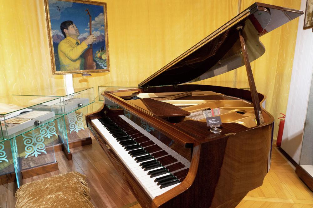 Композитордың роялі. Бұл музыкалық аспапты композитор 1979 жылы осы пәтерге көшіп келгенде сатып алған.