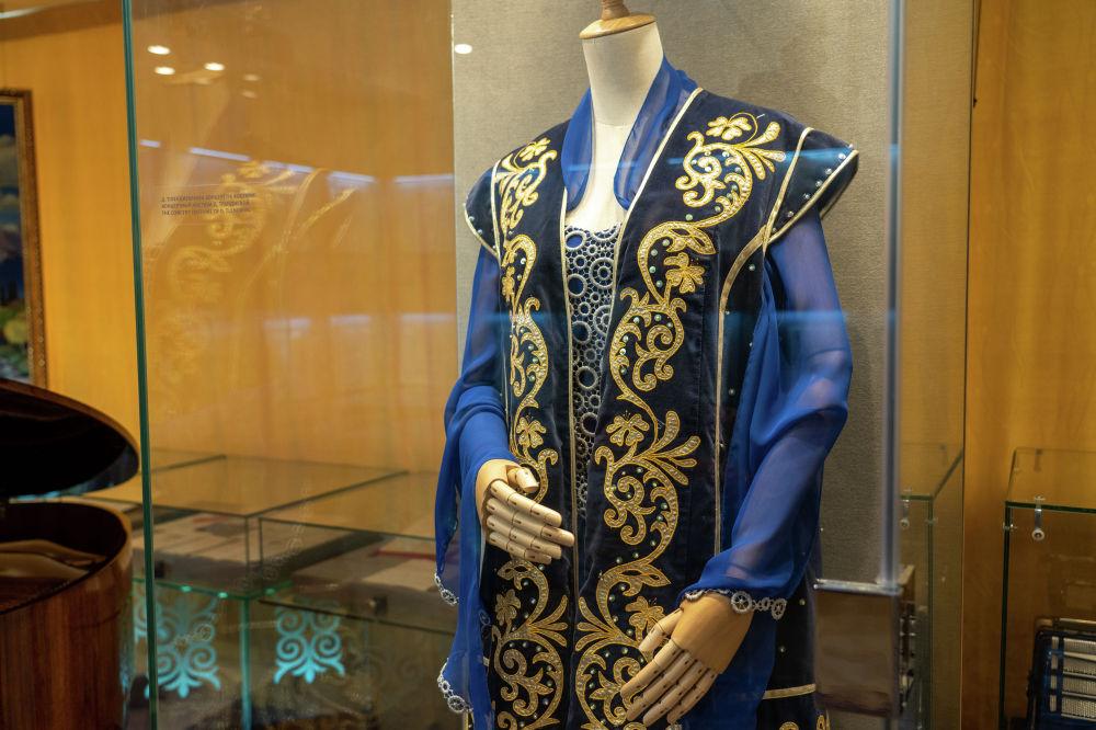 Жары Дариға Тілендиеваның костюмі. Бір жылдары композитордың жары концерт жүргізген