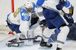 Финский хоккеист Теему Турунен пытается забить голкиперу Казахстана Никите Бояркину во время матча группы В чемпионата мира по хоккею между Казахстаном и Финляндией