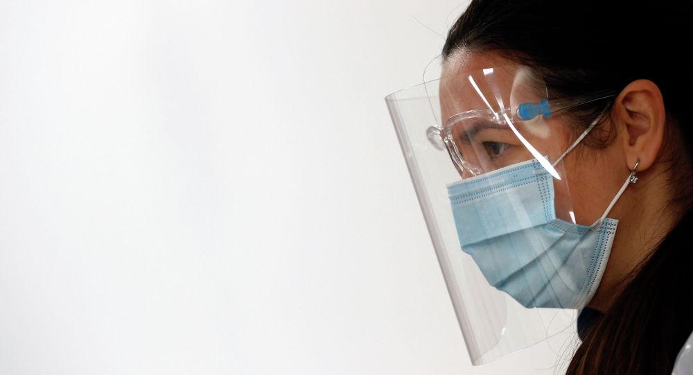 Девушка в защитных маске и лицевом экране