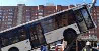 Автобус залетел на столб в Санкт-Петербурге