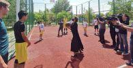 Дарига Назарбаева  забрасывает мяч в баскетбольное кольцо