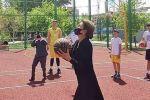 Дариға Назарбаева баскетбол добын шеңберге салып жатқан сәт
