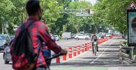 Велосипедист подъезжает к пешеходному переходу