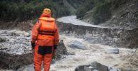 Спасатель во время схода селя в горах, архивное фото