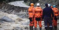 Спасатели во время схода селя в горах, архивное фото