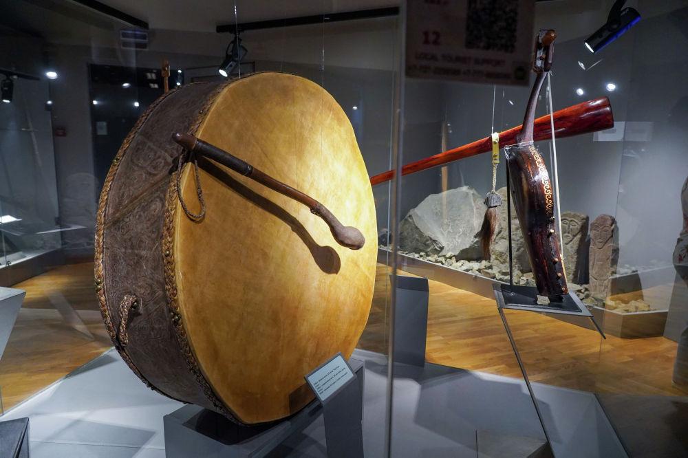 Музейдегі қазақтың ұрмалы музыкалық аспаптың бірі – дабыл