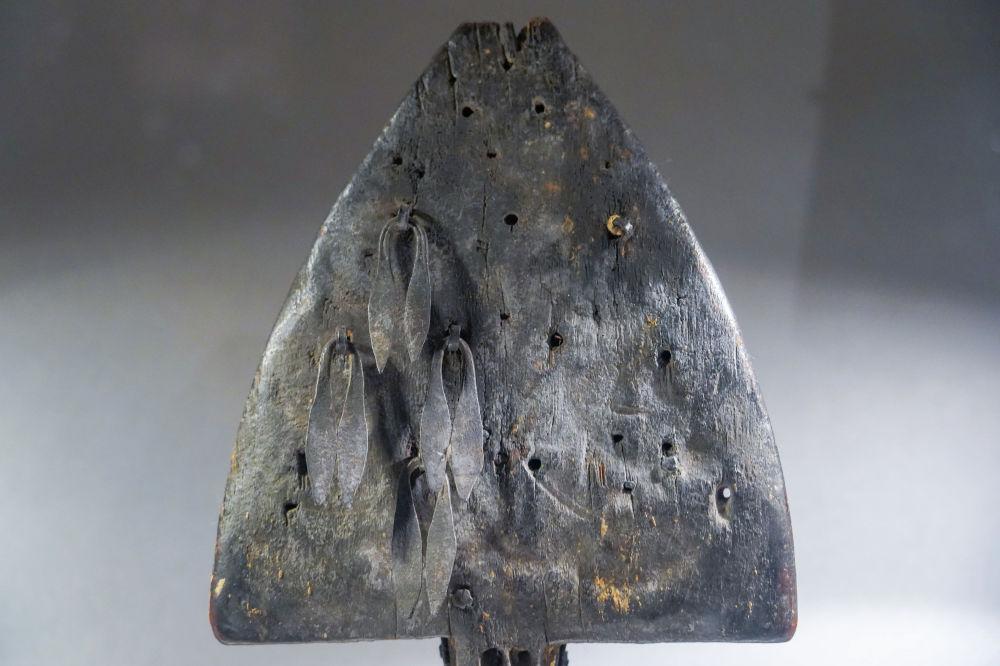 Жарас бақсының нарқобызы – XVIII ғасырда, тұтас өрік ағашынан шауып, ойып жасалған