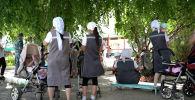 Осужденные женщины на прогулке с детьми