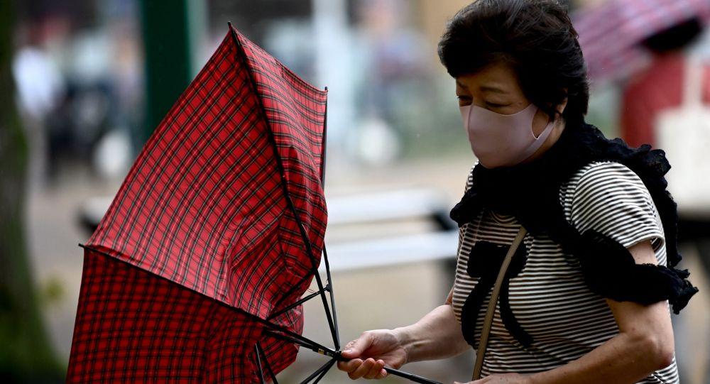 Женщина борется с сильным ветром
