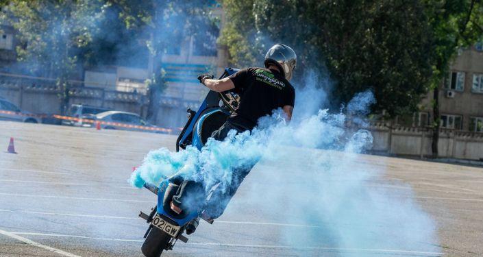 Эффектные трюки на мотоциклах