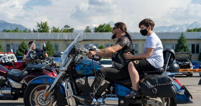 Детей катали на чоппере, трехколесном и обычном мотоциклах