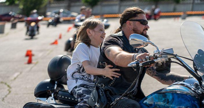 Суровые алматинские байкеры прокатили онкобольных детей на мотоциклах