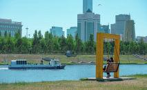 Теплоход плывет по реке Ишим. Центральный парк столицы