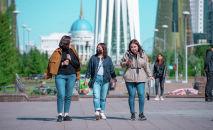 Жители столицы на прогулке по бульвару Нурлы Жол