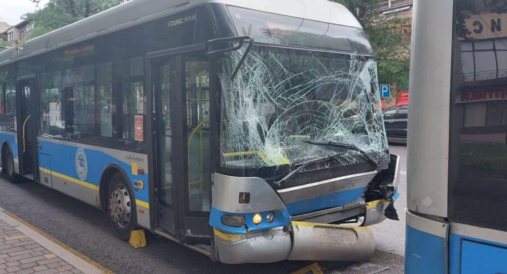 Алматыда екі троллейбус соғысты, фото