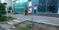 Опасное место огородили, сотрудники близлежащих кафе убирают стекло