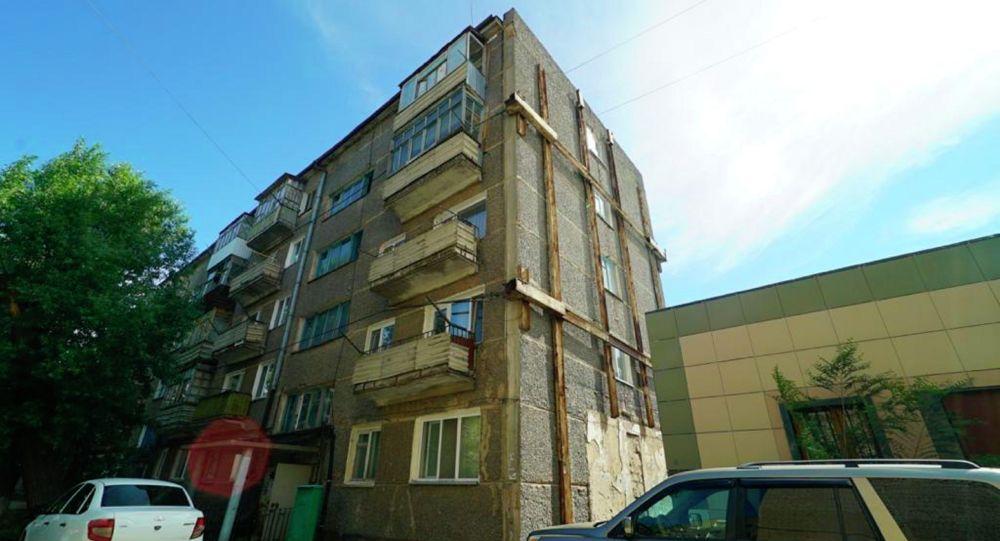 Дом в Кокшетау двадцать лет не признавали аварийным, несмотря на то, что его стены держатся на тросах