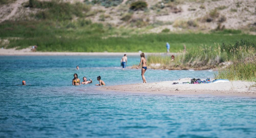 Отдыхающие на озере Иссык-Куль