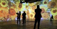 Гости просматривают иммерсивную выставку Ван Гога во время предварительного просмотра СМИ в SVN West 16 марта 2021 года в Сан-Франциско, Калифорния. «Иммерсивный Ван Гог»
