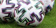 Мячи Евро-2020 на газоне футбольного поля