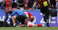 Игрок сборной Дании Эриксен упал без сознания на поле во время ЧЕ-2020