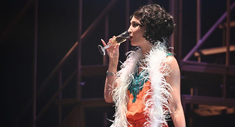 Ольга Бузова в роли певицы Беллы Шанталь на премьерном показе спектакля Чудесный грузин