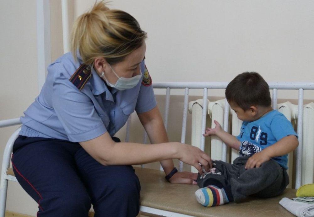 Сотрудник полиции с брошенным ребенком