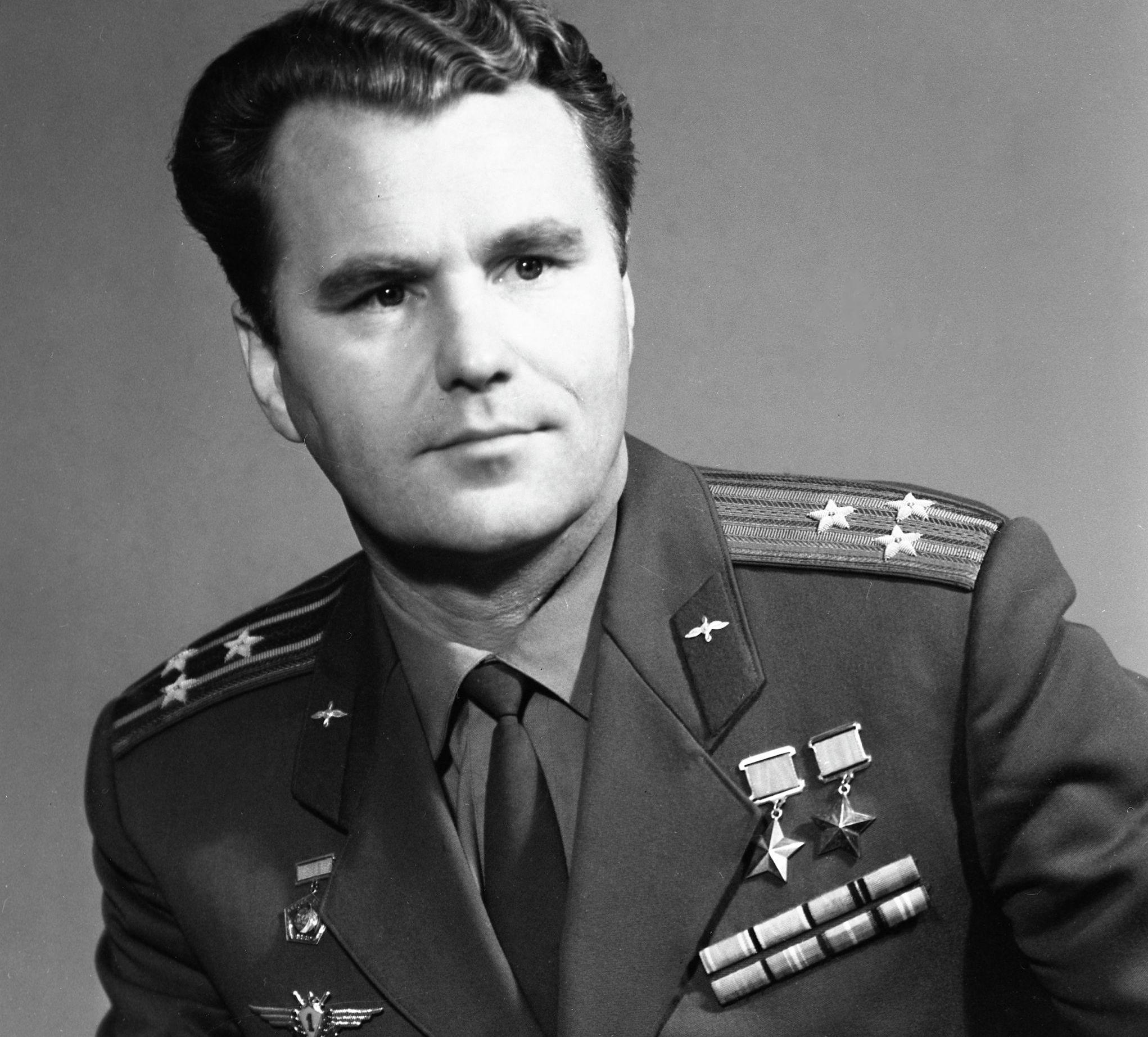 Летчик-космонавт СССР, дважды Герой Советского Союза, полковник Владимир Шаталов